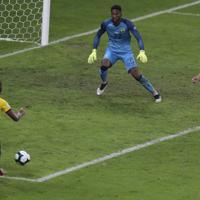 サッカー南米選手権【日本-エクアドル】後半アディショナルタイム、日本の久保(左端)が勝ち越しゴールを決めたかに見えたが、判定はオフサイド=ブラジル・ベロオリゾンテで2019年6月24日、AP
