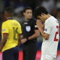 サッカー南米選手権【日本-エクアドル】後半アディショナルタイム、勝ち越しゴールを決めたと思われた久保にオフサイドの判定。VARでチェック中に、手を合わせてゴールが認められるように祈る久保=ブラジル・ベロオリゾンテで2019年6月24日、AP
