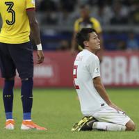 サッカー南米選手権【日本-エクアドル】無念の引き分けで、決勝T進出を逃し、座り込む日本の杉岡=ブラジル・ベロオリゾンテで2019年6月24日、AP