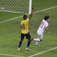 サッカー南米選手権【日本-エクアドル】後半アディショナルタイム、日本の久保が勝ち越しゴールを決めたかに見えたが、判定はオフサイド=ブラジル・ベロオリゾンテで2019年6月24日、AP