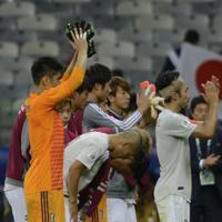サッカー南米選手権【日本-エクアドル】引き分けで、決勝T進出を逃しスタンドのファンに向かってあいさつする日本の選手たち=ブラジル・ベロオリゾンテで2019年6月24日、AP