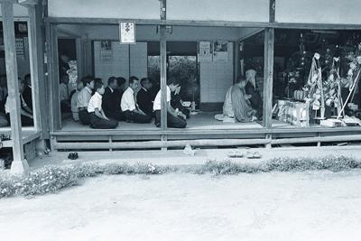 親族や地域の人が集まり営まれた葬儀の様子=オレンジライフ提供