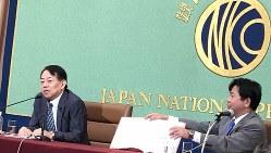 日本記者クラブで講演する浅川雅嗣財務官(左)=東京都千代田区で6月21日、清水憲司撮影
