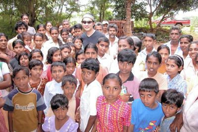 調査旅行で訪れたスリランカの村での記念写真。現地の子供たちのきらきらした目が印象的だった=五箇公一さん提供