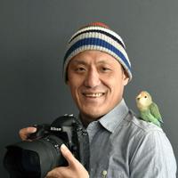 写真集「インコのおとちゃん それから これから」(小学館)の著者・村東剛さん=村東剛さん提供