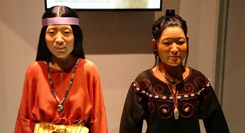 復顔された縄文人(右)と弥生人=国立歴史民俗博物館で2019年3月29日、伊藤和史撮影