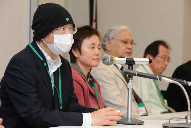 ATL対策の充実を訴えて会見する浅野史郎・元宮城県知事(左)と市民団体「日本からHTLVウイルスをなくす会」(当時、現スマイルリボン)の菅付加代子代表(左から2人目)=衆院第2議員会館で2010年9月8日