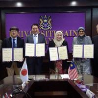 学術交流協定を締結する都築稔副学長(左から3番目)とUSMのアズマ副総長(右から3番目)