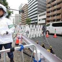 首脳らが宿泊するホテル周辺を警備する警察官ら=大阪市北区で2019年6月27日午前9時50分、梅田麻衣子撮影