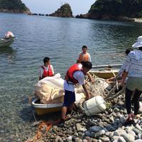 2017年に香美海岸で行われたジオカヤック清掃活動の様子=兵庫県香美町ジオパーク推進協議会提供