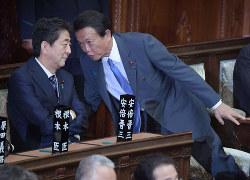 麻生太郎副総理兼財務相(右)は「同日選がベスト」と主張していたが……(国会内で6月21日)