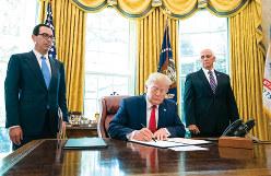 イランに追加制裁を科す大統領令に署名するトランプ米大統領=6月24日(Bloomberg)
