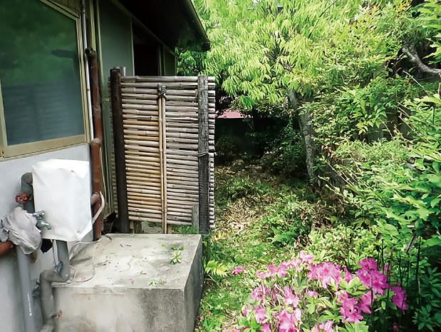 山口県内の空き家の庭の手入れ前