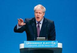 保守党党首選でトップを走るジョンソン氏(Bloomberg)