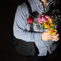 花を持ってフラワーデモに参加した男性サバイバーの渡部秀寿さん(仮名)=JR東京駅前で2019年6月11日、北山夏帆撮影