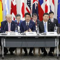 G20サミットで行われたデジタル経済に関する首脳特別イベントであいさつする安倍首相(中央)=大阪市で2019年6月28日午後0時23分(代表撮影)
