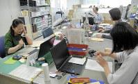 ひきこもりの相談に当たる専門職員=新潟県柏崎市で2019年6月5日