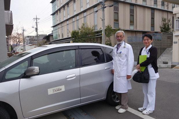 看護師と一緒に、受け持つ患者の家を車で訪問する