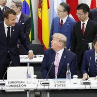 G20サミットで行われたデジタル経済に関する首脳特別イベントの前に、トランプ米大統領(中央)と言葉を交わすフランスのマクロン大統領。右は安倍首相=大阪市で2019年6月28日午後0時12分(代表撮影)