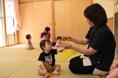 乳幼児をあやす保育士ら=鳥取市で、阿部絢美撮影