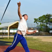 練習でやりを投げる添上高校2年の吉野壱圭選手=奈良県天理市櫟本町の同校で、小宅洋介撮影