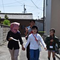 バディーの子どもたちと手をつなぎ、スタンプラリーをする技能実習生たち=愛知県高浜市で2019年5月2日11時5分、太田敦子撮影