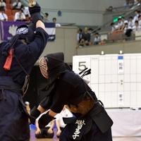 決勝でドウを決める筑波大の星子(右)=エディオンアリーナ大阪で2019年6月30日、平川義之撮影