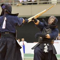 東西対抗試合で相手の攻めをしのぐ法大の森塚(右)=エディオンアリーナ大阪で2019年6月30日、平川義之撮影