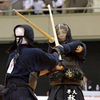 東西対抗試合で相手と競り合う早大の秋山(右)=エディオンアリーナ大阪で2019年6月30日、平川義之撮影
