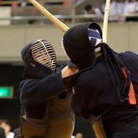 東西対抗試合で相手を攻める中部大の野中(左)=エディオンアリーナ大阪で2019年6月30日、平川義之撮影