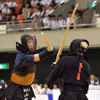 東西対抗試合で相手を攻める別大の山下(左)=エディオンアリーナ大阪で2019年6月30日、平川義之撮影