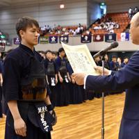 第67回全日本学生剣道選手権で優勝し、表彰される筑波大の星子=エディオンアリーナ大阪で2019年6月30日、平川義之撮影