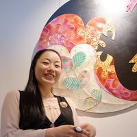 作品の前に立つ七宝焼作家の山村倫代さん=福井県大野市元町で、塚本恒撮影