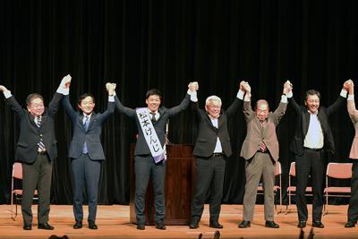 総決起集会で、野党各党との団結をアピールする松本顕治氏(左から3人目)=高知市で2019年6月23日、松原由佳撮影