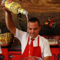 高い位置からラム酒を注いでダイキリを作る=ハバナのフロリディータで2019年5月10日、竹下理子撮影