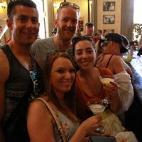 ヘミングウェーの行きつけだったと知って訪れたという米国人観光客ら=ハバナのフロリディータで2019年5月10日、竹下理子撮影