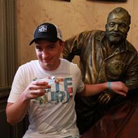 ヘミングウェーの特等席だった場所には彼の銅像が置かれ、観光客が記念撮影をしていた=ハバナのフロリディータで2019年5月10日、竹下理子撮影