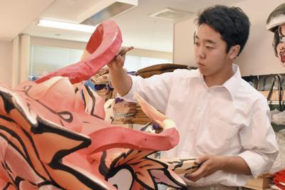高校でねぶたを制作する林良紀さん=青森市馬屋尻の県立青森工業高校で