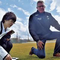 あきぎんスタジアムの芝を確かめるフィジー代表のジョン・マッキーHC