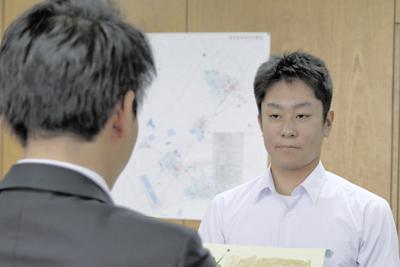 渡辺美知太郎市長から賞状を贈られる君島王羅さん=栃木県那須塩原市役所で