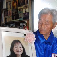 自分が運転する車の事故で亡くした妻の遺影を見つめる長田安弘さん。「過信があった」と悔やむ=北九州市八幡西区で2019年6月20日午後3時4分、中里顕撮影