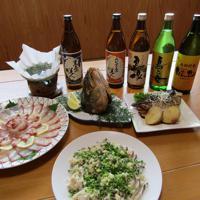 島美人の5銘柄と、アオサ入りのだしでいただくブリしゃぶ(左)とたたき(手前)、赤土ジャガイモとの煮物(右)、カマ焼き=松井宏員撮影