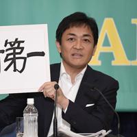討論会でボードを手に話す国民民主党の玉木雄一郎代表=東京都千代田区の日本記者クラブで2019年7月3日午後1時9分、藤井達也撮影