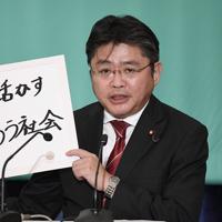 討論会でボードを手に話す社民党の吉川元幹事長=東京都千代田区の日本記者クラブで2019年7月3日午後1時10分、藤井達也撮影