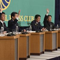 討論会で「夫婦別姓を認める方」という質問に対して唯一、挙手をしない自民党の安倍晋三総裁(中央)=東京都千代田区の日本記者クラブで2019年7月3日午後2時59分、藤井達也撮影