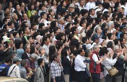前回参院選で、候補者の訴えを聞く人たち=東京都新宿区で2016年6月22日午後0時4分、丸山博撮影