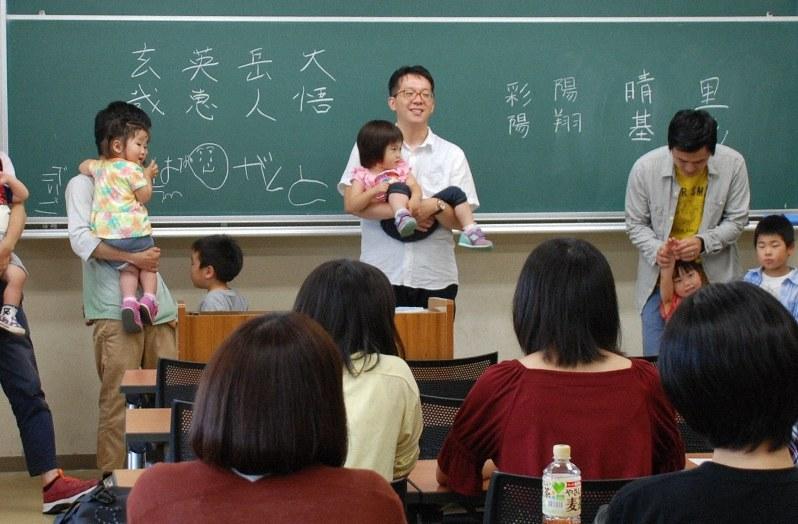 4組の親子が「先生役」となって、大学生に子育て経験を語る授業