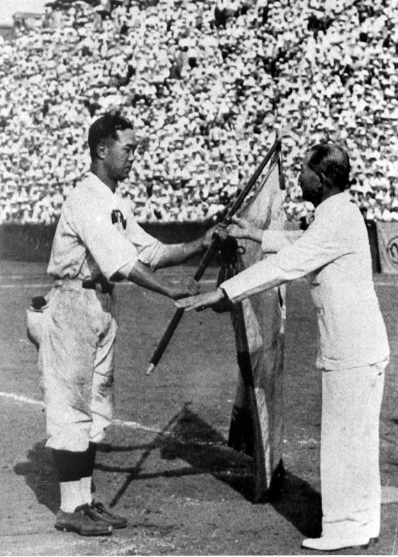 1937年、優勝旗を受け取る八幡製鉄