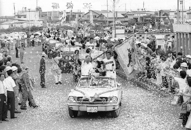 1974年、優勝パレードをする大昭和製紙北海道