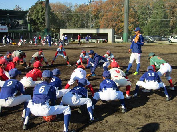 狭山市の子供たちに野球を指導するホンダの選手たち